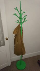 Free standing clothes hanger