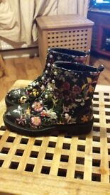Like new size 6 floral boots