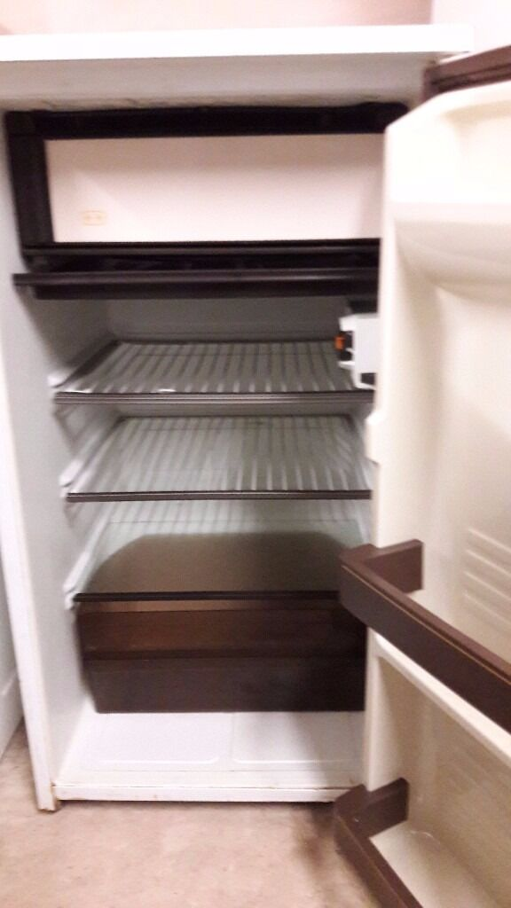 **JAY'S APPLIANCES**UNDERCOUNTER FRIDGE FREEZER**GOOD CONDITION**DELIVERY**ONLY £30**