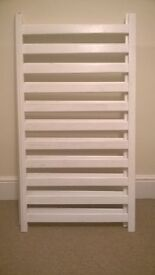 An East Coast cot, in white wood finish, with 2 height positions, in very good condition