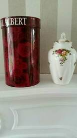 ROYAL ALBERT OLD COUNTRY ROSES CHELSEA VASE with original box