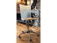 SWIVEL DESK CHAIR IN GREAT CONDITION