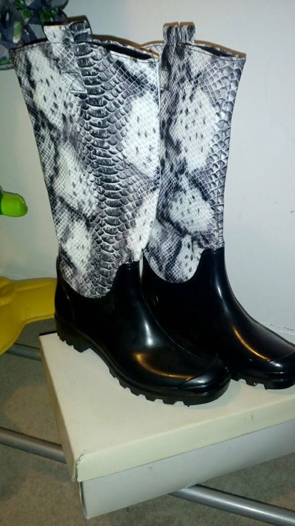 New size 6 ladies wellies.