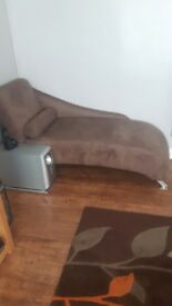 Chaise in brown fabric