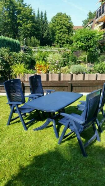 blauer gartentisch mit 4 passenden st hlen zu verkaufen in. Black Bedroom Furniture Sets. Home Design Ideas