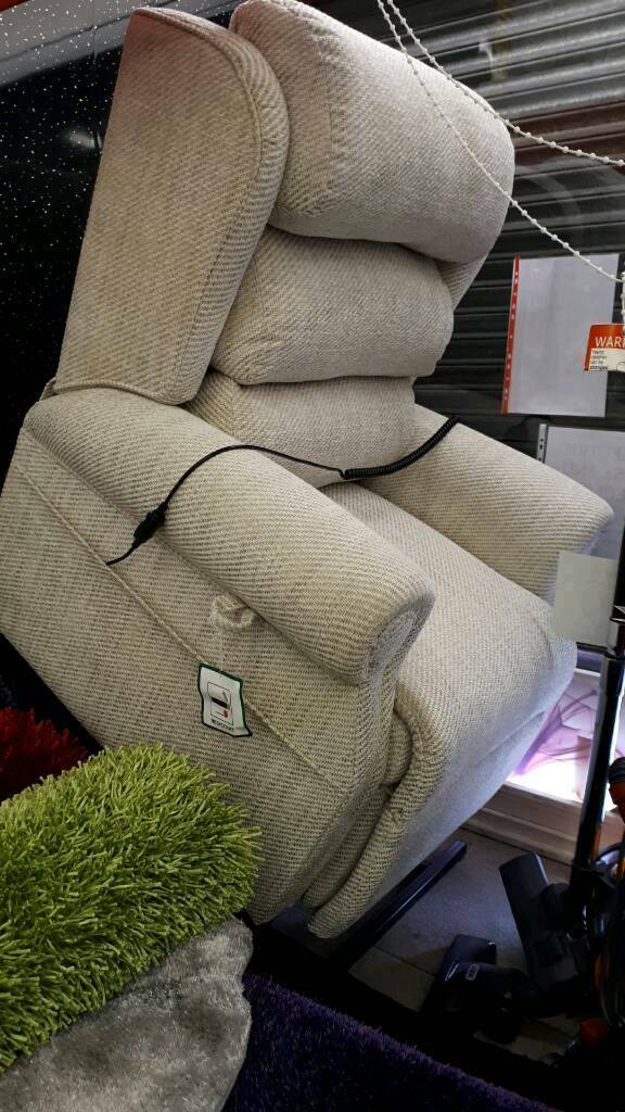ELECTRIC RISE AND RECLINER IN NEW CONDITION free local delivery BRITISH MADE