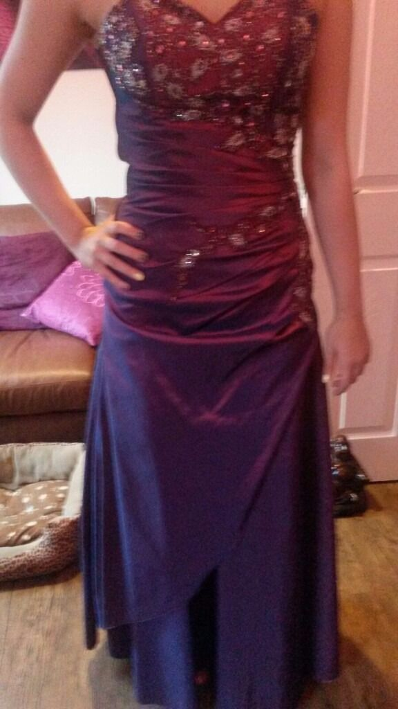 Prom dress for salein Ossett, West YorkshireGumtree - Prom dress for sale. Size 8 (Im a size 8 10 but can also be pulled to a 6.) This is a purply colour with sparkles on the front. Also comes with shawl and straps included. Collection only and can be tried on if required