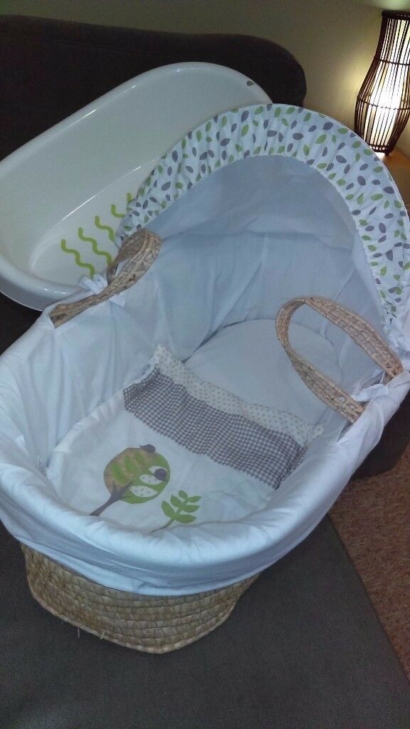 Moses basket and baby bath. Hardly used and in good condition.