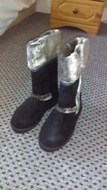 Womans boots size 6