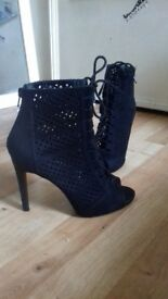 black high heel shoes size 5 great condition