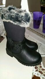 BRAND NEW Kids boots size 7
