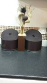 2x round boxes & vase with flower