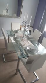 Extendibg dining table