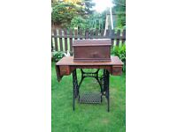 A Vintage Singer Antique Sewing Machine with table in very good condition as seen on the pictures.