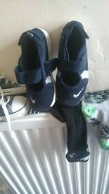 kids nike rifts size 9.5 like new excellent condition hardly worn