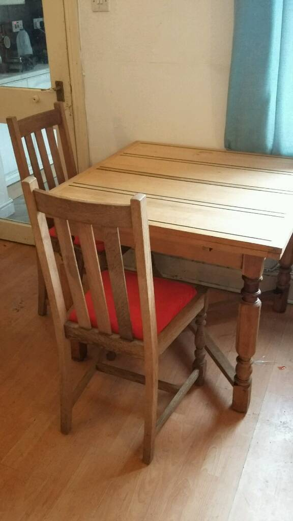 Beautiful extending dining Table and 4 matching chairs