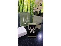 Mother of pearl Alhambra 4 motif earrings.