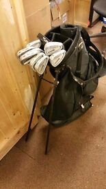 Texan stand bag with strap and rain cover, Including 13 Texan golf clubs.