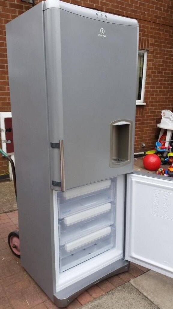 Extra Large Indesit Fridge Freezer With Water Dispenser Ice Maker 230