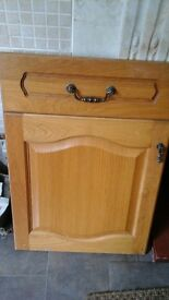 LIGHT OAK WOOD KITCHEN UNIT ASSORTED SIZED DOORS AND DRAWERS WITH HINGES