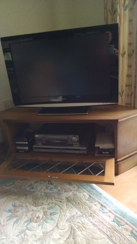 Free oak tv corner cabinet with leaded glass front in for Furniture queensferry