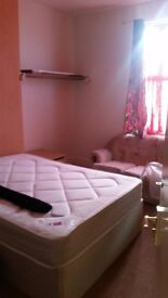 2 double rooms available now in a clean house,kitchen equipped.near all the bus stops