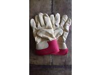 2 Pairs of NEW gardening gloves. Mens and Ladies. Price per pair.
