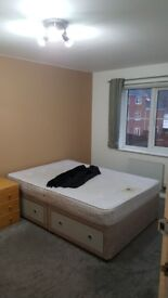 DOUBLE ROOM in modern townhouse professional houseshare. LS12 2JU