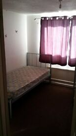 ROOM TO LET IN 3 BED HOUSE NEAR TOWN CENTER