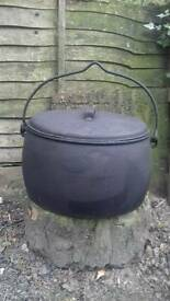 Gypsy pot 8 gallon iron pot is in very good