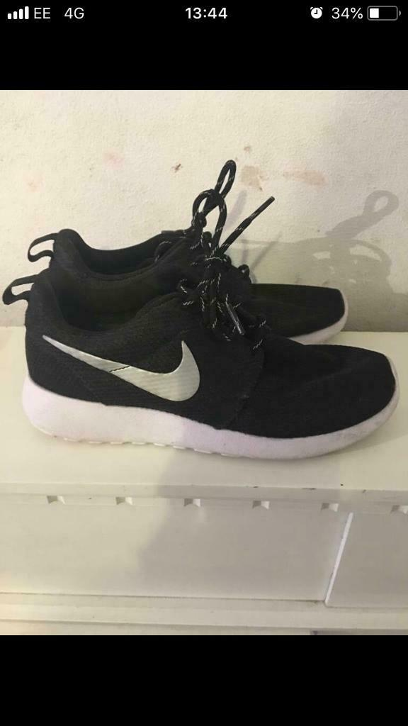 1492f5ed8e7 Black and white nike trainers size 4