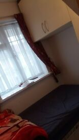 Single bedroom in faimly house on southall station for couples ou faimly + living room with wi fi