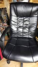 Black swivel/tilt office chair.
