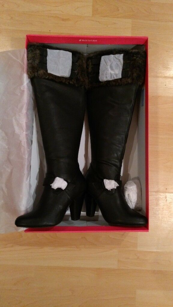 New high heel boots size 4