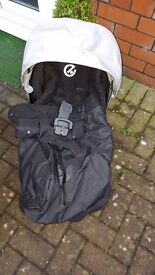 Oyster travel system with maxicosi car seat