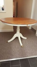 Round table, claw feet (no chairs)