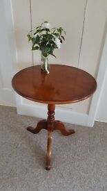Circular side table/small dining for 1 or 2 people in excellent condition
