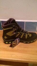 Mens Salomon size 8 hiking boots