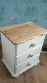 Small set of drawers bun feet