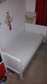 White cotbed and matress