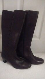 LADY'S QUALITY CLARKS 'K' HIGH BROWN LEATHER BOOTS SIZE 5- WORN ONCE - BARGAIN!