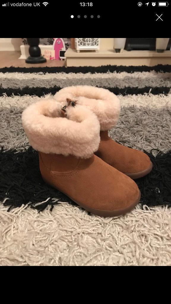 Girls ugg boots.