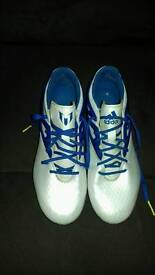 PAIR OF CHILDS FOOTBALL BOOTS SIZE 5