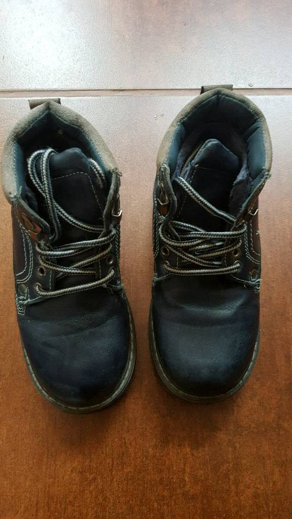 Boys shoes size 28