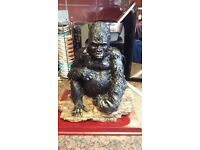 VERY DETAILED HEAVY GORILLA ON PLINTH COST £69.99 SELL FOR £19.99 BARGAIN