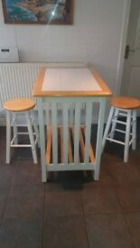 Breakfast bar with 2 stools