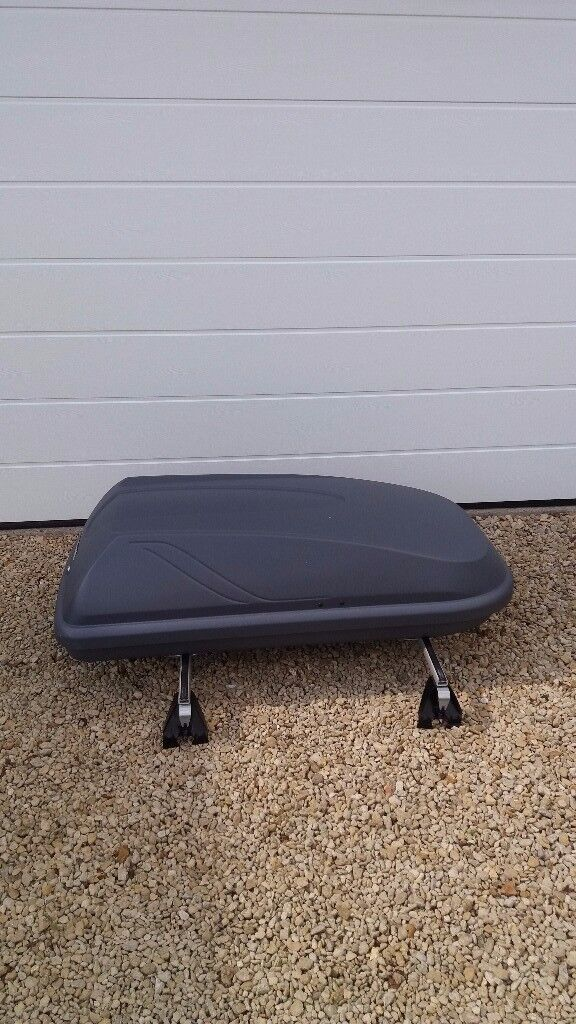 Halfords 300 Ltr Roof Box, very good condition, only used a couple of times.
