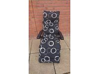 2x garden metal framed recliner chairs (1x black, 1x white)