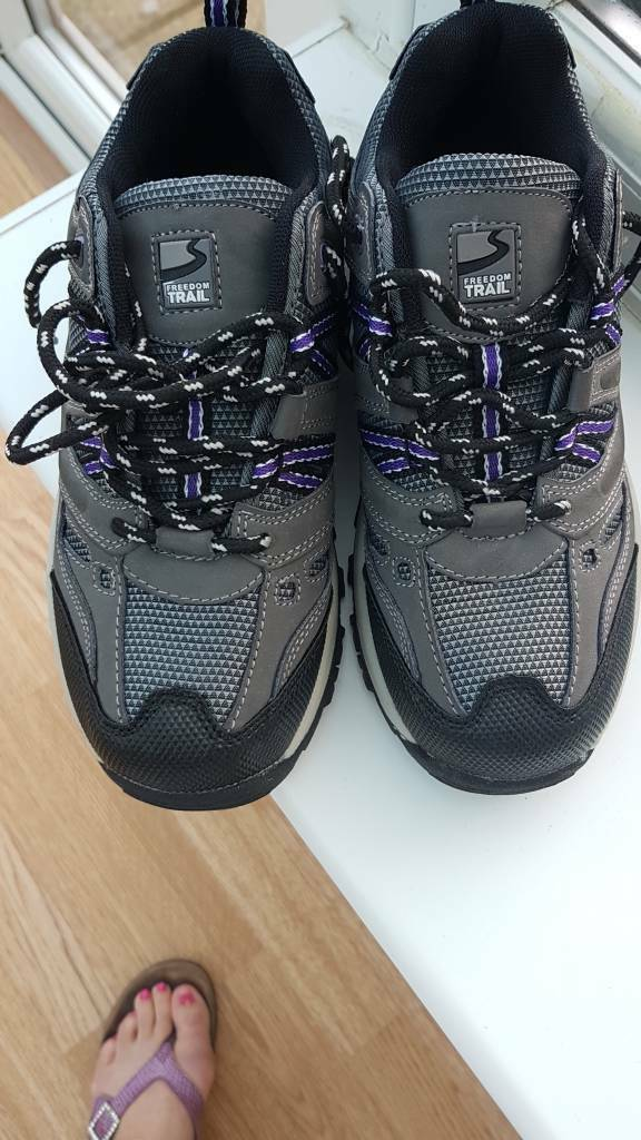 Walking shoes size 3