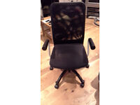 BLACK SWIVEL COMPUTER CHAIR WITH ARM RESTS ADJUSTABLE IN HEIGHT